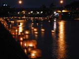 浅野川大橋の下を流れる燈篭