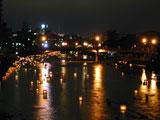 燈ろうは浅野川大橋を過ぎたところで回収されます