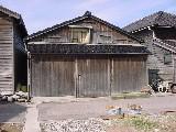 江戸時代は船蔵、今は漬け込み樽の倉庫です